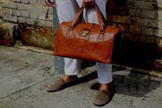 أخفاها في حقيبة .. شاب يقطع جسد صديقته بدولة عربية