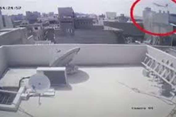 لحظة تحطم الطائرة الباكستانية