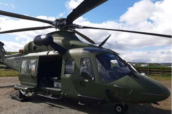 سقوط باب طائرة هليكوبتر داخل ملعب مدرسة في أيرلندا