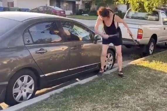 امرأة بيضاء تحطيم سيارة جارتها: عودي إلى بلدك