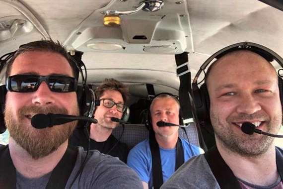 مقتل أربعة أصدقاء في تحطم طائرة