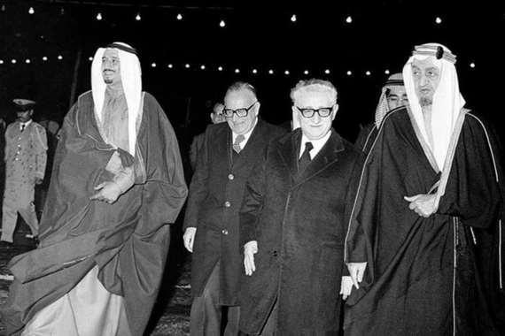 صورة نادرة للملك سلمان قبل استشهاد الملك فيصل بـ 22يوما