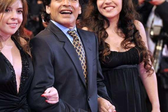 ابنتا «مارادونا» تلجآن إلى مقاضاته