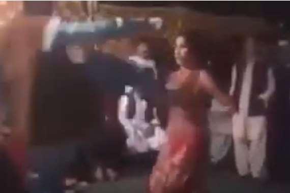 بالفيديو.. علقة سخنة لراقصة في حفل زفاف
