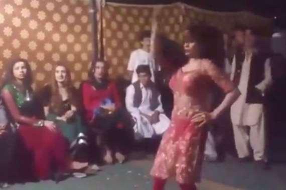 يضرب الراقصة أمام المعازيم بسبب «خلاعتها»