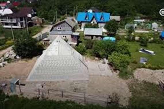بالفيديو.. هرم خوفو في حديقة بمنزل عائلة روسية