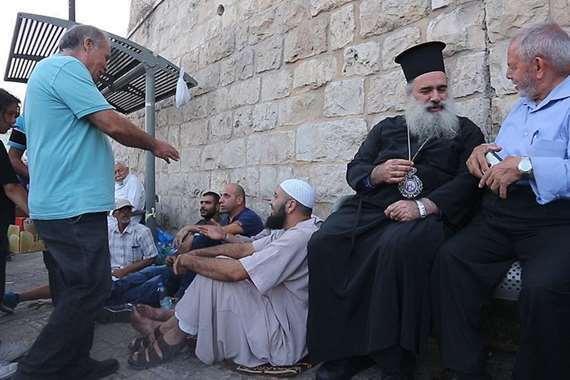 مسيحيون ومسلمون امام كنيسة المهد