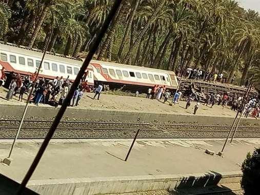 بالصور.. أبرز المشاهد في حادث انقلاب قطار البدرشين