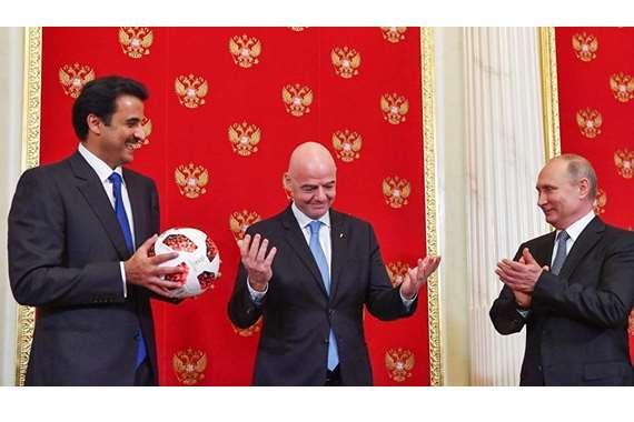 بوتين يسلم تميم شارة كأس العالم