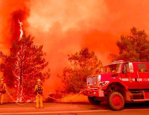بالصور.. إجلاء السكان في كاليفورنيا  بسبب حرائق الغابات المستعرة