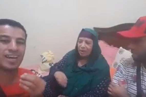 والدة أبوتريكة مع مشجعين جزائريين