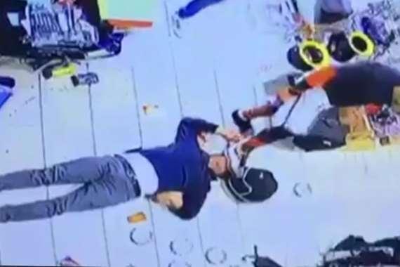 اعتداء مواطن كويتي على عامل مصري