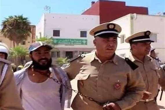 الأمن المغربي يقتاد شاب من رقبته