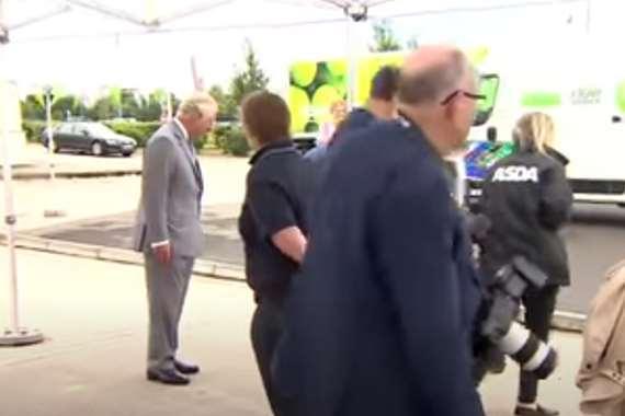 عامل السوبر ماركت ينهار أمام الأمير تشارلز