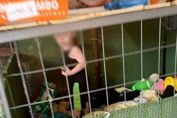 حبس طفل داخل قفص الكلاب بين الثعابين والفئران
