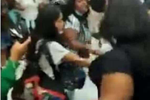 امرأة مخمورة تشعل معركة على متن طائرة