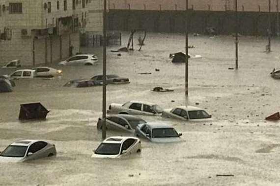 بالفيديو.. عشرات السيارات تسبح في مياه الأمطار بالسعودية