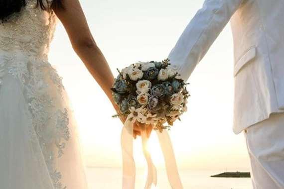 عروسان يفرضان على المدعوين ملابس الزفاف.. ويهددان الممتنعين