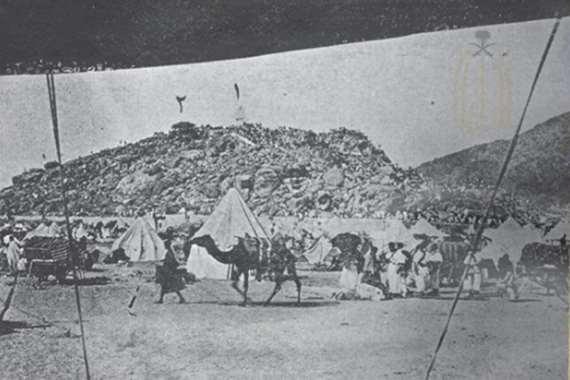 مشهد تاريخي.. ضيوف الرحمن بجبل عرفات قبل 112 عاما
