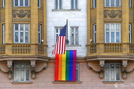 علم المثليين على السفارة الأمريكية في روسيا