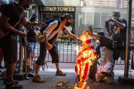 متظاهرون يحرقون العلم الأمريكي بالقرب من البيت الأبيض