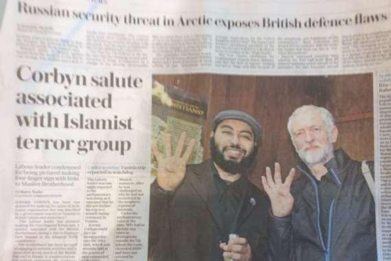 """زعيم حزب العمال البريطاني جيرمي كوربن وهو يلوح بعلامة """"رابعة"""""""