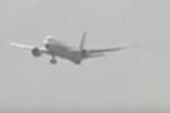 طائرة تتارجح في الهواء