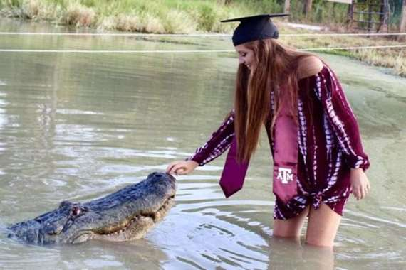 الطالبة مع التمساح