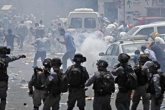 قوات الاحتلال تهاجم المصلين في المسجد الأقصى