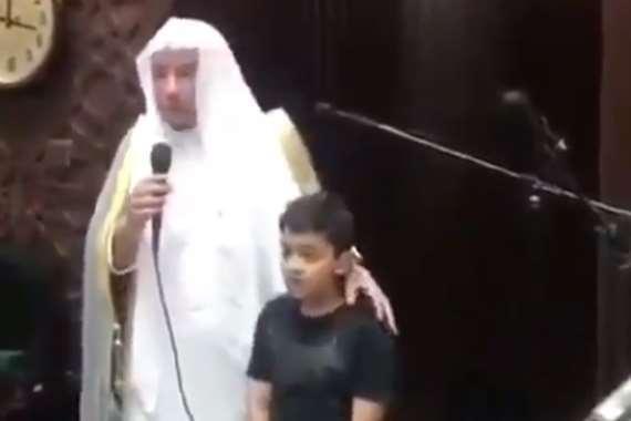 طفل يترجم لوالده خطبة الجمعة