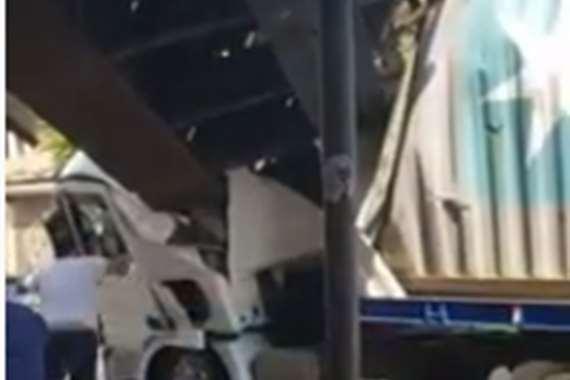 سقوط جسر سكة حديد علي شاحنة
