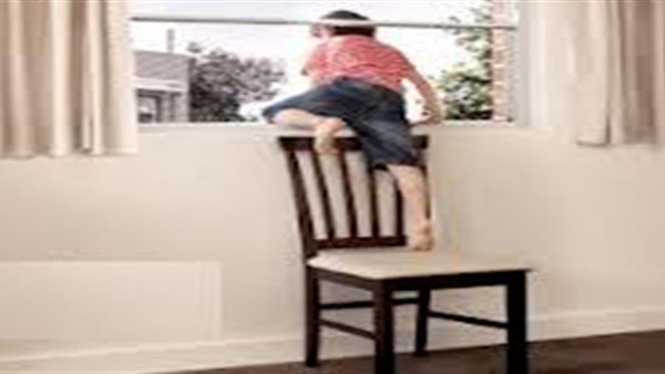 مصرع طفله سقطت من شرفة منزل بالفيوم
