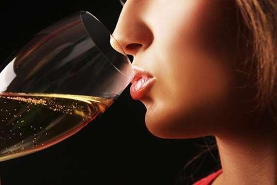 فتاة تشرب الخمر