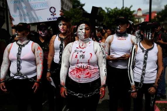 نساء يتظاهرن بالسلاسل فى السلفادور
