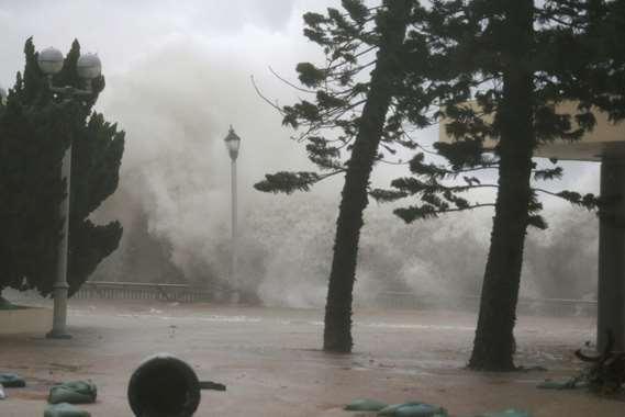 شاهد.. إعصار  مانكوت يسبب فيضانات في  هونج كونج