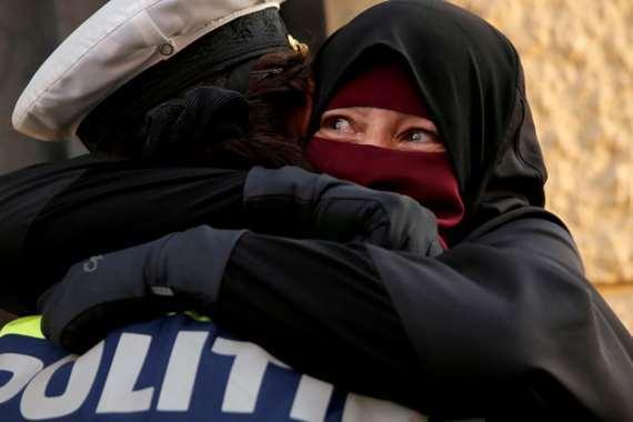 شرطية دنماركية تحتضن سيدة منتقبة