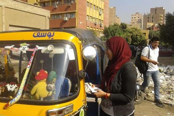 محررة المصريون مع سائقي التوكتوك