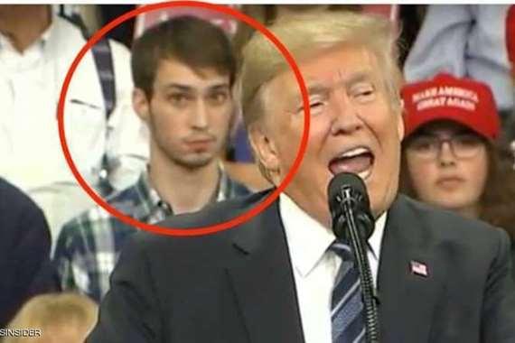 ترامب والشاب الواقف وراؤه
