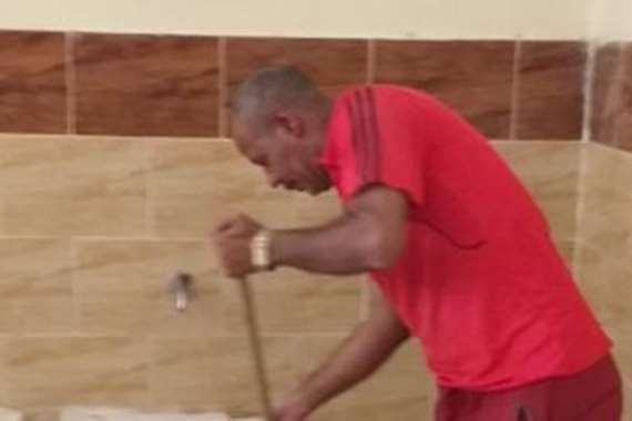 قبيصي الجعفري، مدير مدرسة بأسيوط ينظف المدرسة