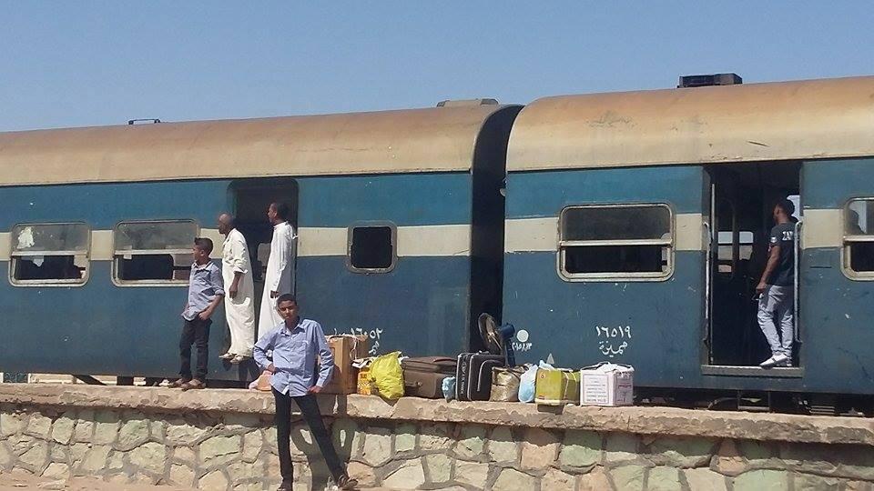 بالصور.. تعطل قطار بأسوان