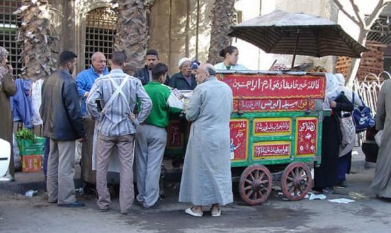 """بالفيديو.. مصريون عن عربة الفول: """"مغص منستغناش عنه"""""""