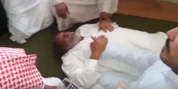 بالفيديو.. لحظة وفاة مسن أثناء ترديده الآذان بمكة