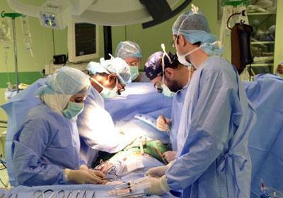 """أطباء يخرجون """"مقص"""" من بطن مريض بعد 18 عاما"""